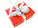 Ręczne pakowanie prezentu - czerwony papier ze srebrną wstążką
